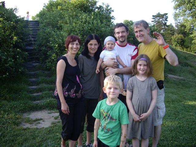 På privatbesøg i Ljubljana 2008. Bageste række fra venstre: Tatjana Balažic Bulc, lektor ved Universitetet i Ljubljana, hendes stedsøn Vitomir, sønnen Leonard, manden Mitja Bulc, ansat ved Toyota Slovenien, og endeligt jeg selv. I forreste række mine egne børn.