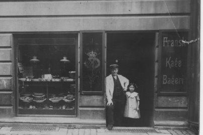 Carls Adolf Michael med sin datter Magda Olidia foran bageriet på Vesterbro, 1913. Fotoet venligst stillet til rådighed af Flemming Christiansen, 2010-08-10